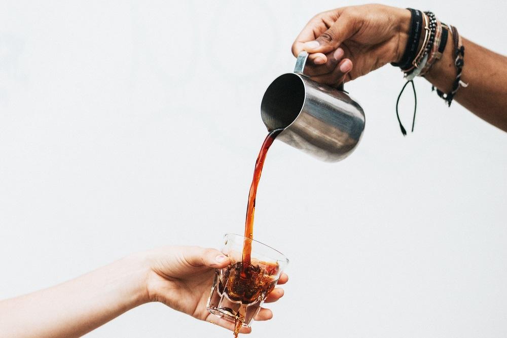 Poveștile de viață se spun doar între străini, la o cafea bună